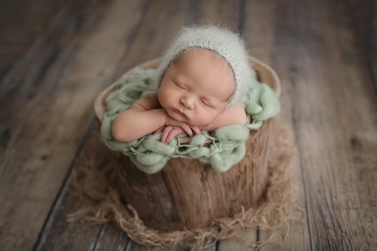 Newborn focení novorozeného miminka v pařezu